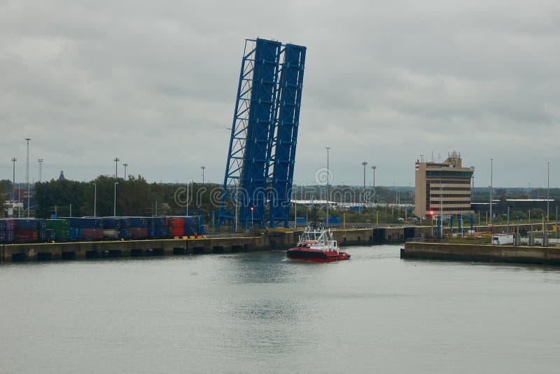 Ponte de elevador do canal em uma posição elevado no porto de Zeebrugge O navio está passando perto fotografia de stock royalty free