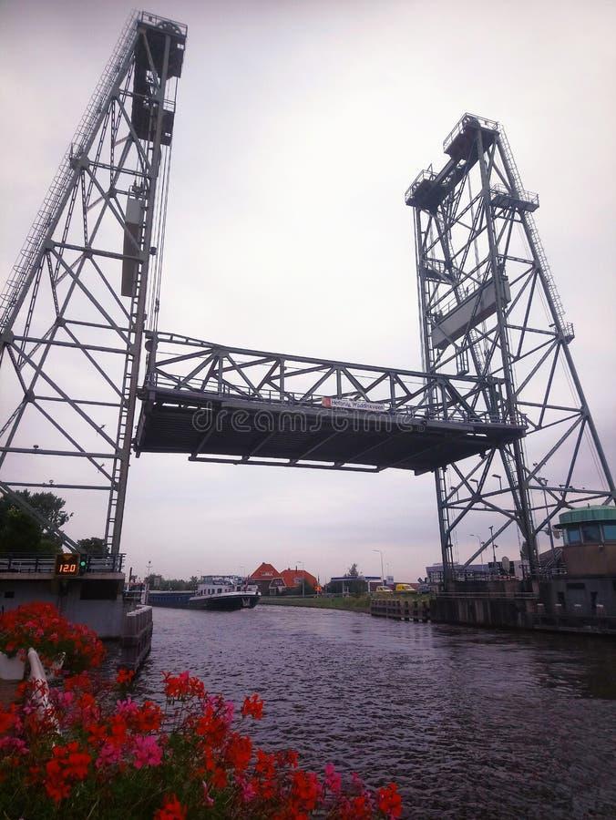 Ponte de elevador vertical de aço na cidade Waddinxveen, Países Baixos sobre o canal Gouwe imagens de stock