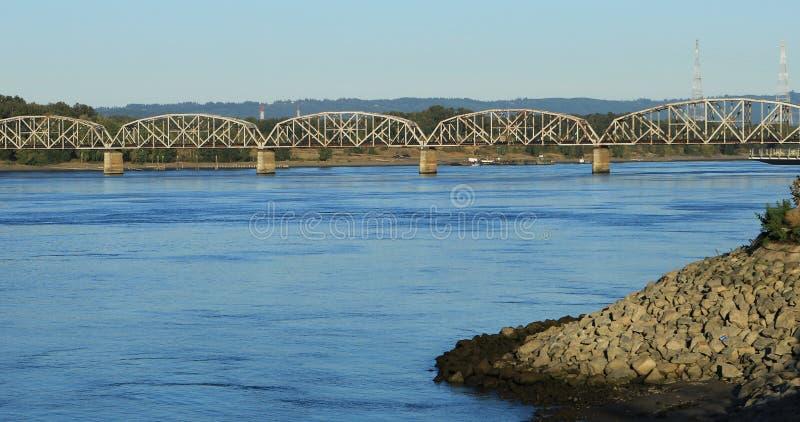 Ponte de estrada de ferro sobre o Rio Columbia em Vancôver, Washington fotografia de stock