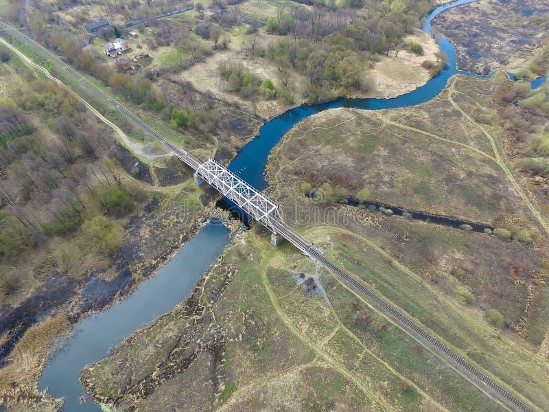 Ponte de estrada de ferro sobre o rio, vista de cima de fotografia de stock
