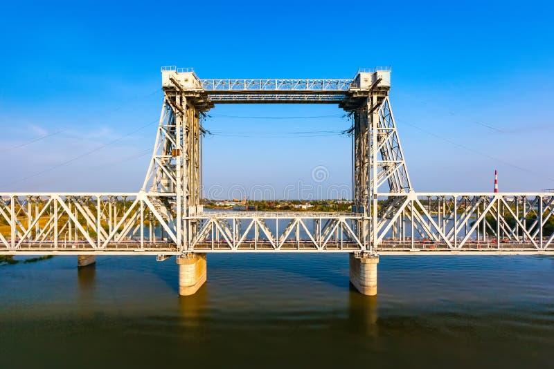 Ponte de estrada de ferro sobre o tributário do Rio Volga, Astracã, Rússia fotografia de stock