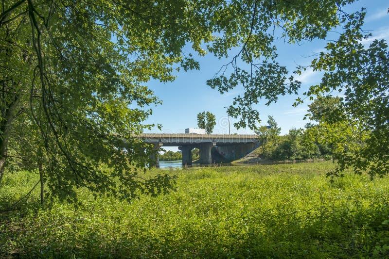 Ponte de Gédéon-Ouimet que conecta Lavel a Boisbriand fotos de stock