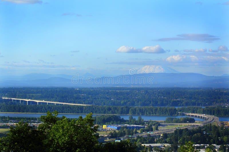 Ponte de Glenn Jackson I-205 sob Mt St Helens foto de stock royalty free