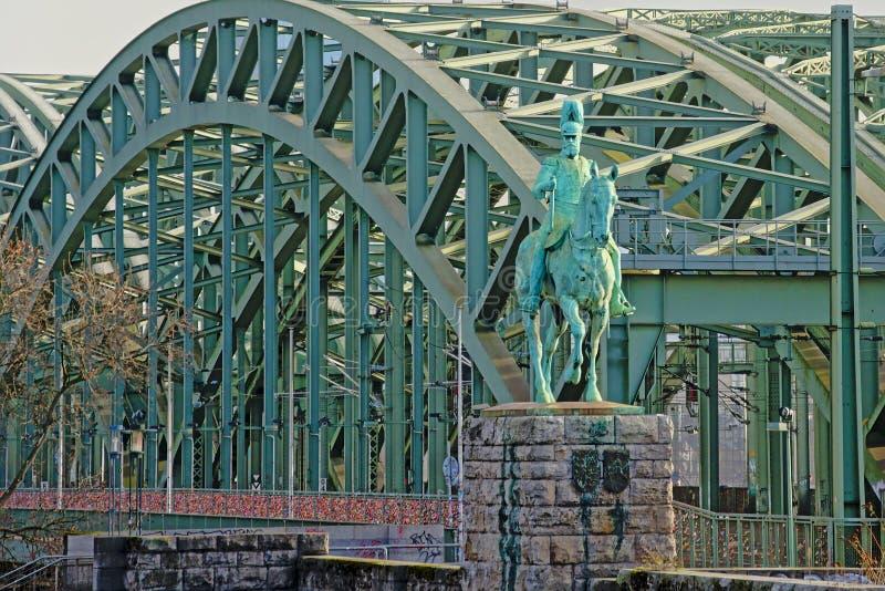 Ponte de Hohenzollern com a estátua equestre na parte dianteira, água de Colônia imagens de stock royalty free