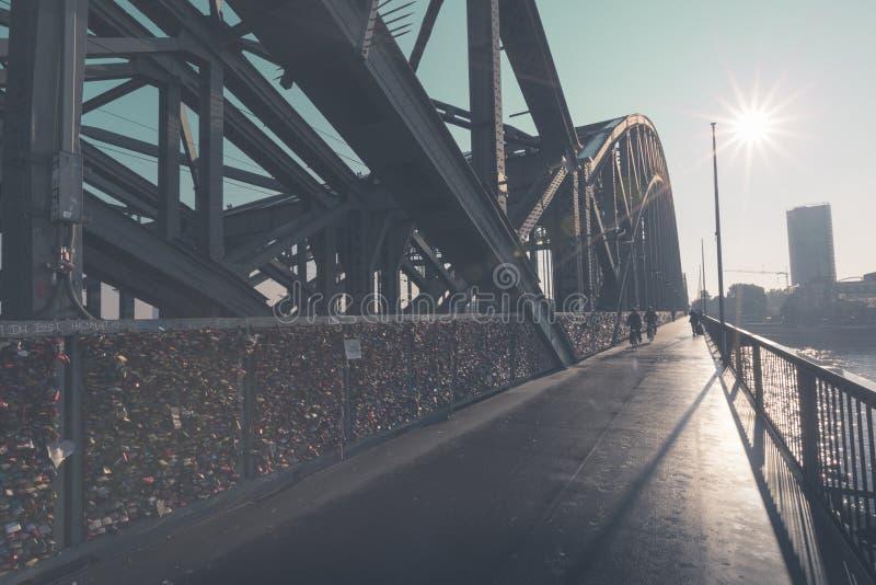 Ponte de Hohenzollern na água de Colônia, Alemanha foto de stock royalty free