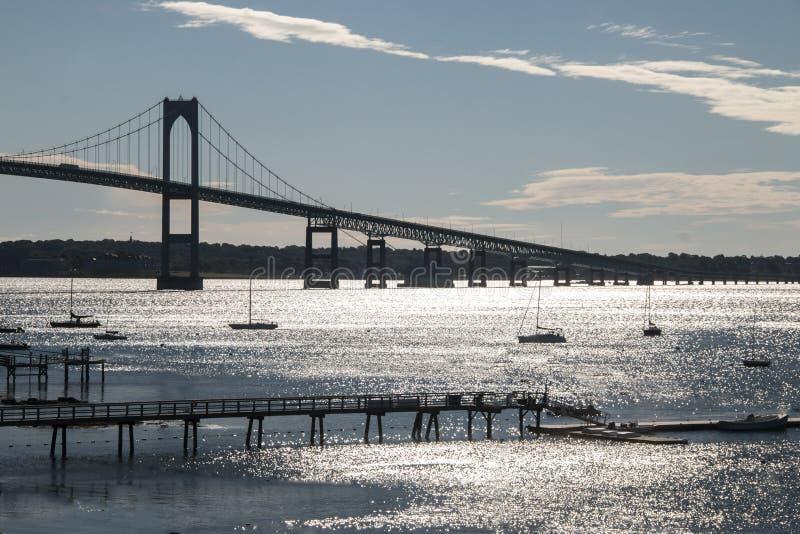 Ponte de Jamestown que vai sobre o oceano em Newport Rhode Island imagens de stock