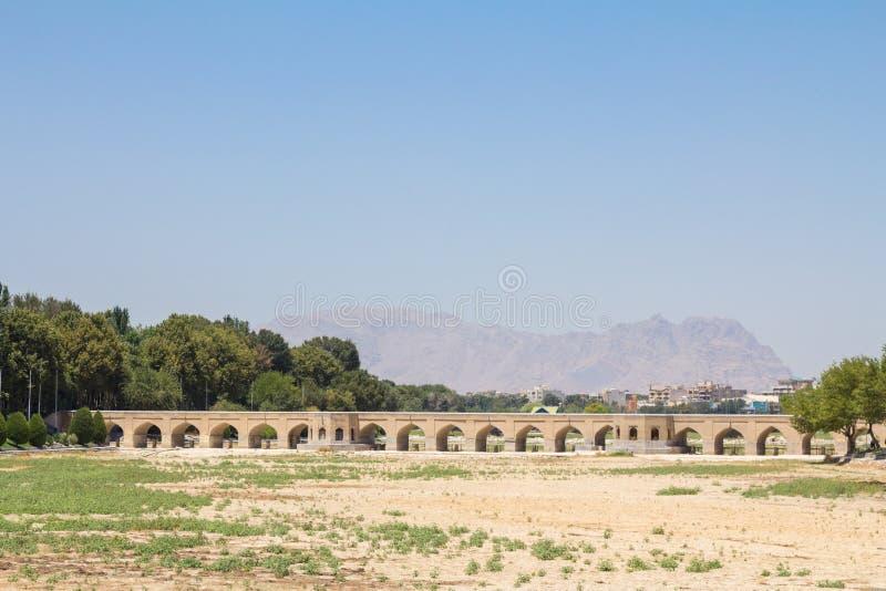 Ponte de Joui, sobre o rio seco Zayande, durante uma tarde ensolarada Igualmente sabido como a ponte de Joubi ou de Choobi imagens de stock