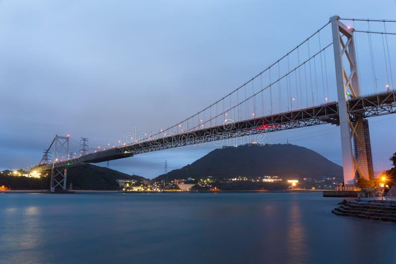 Ponte de Kanmon na noite imagens de stock royalty free