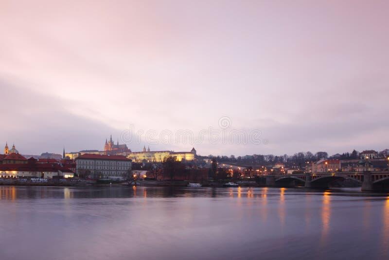 Ponte de Karlov do panorama em Praga fotografia de stock