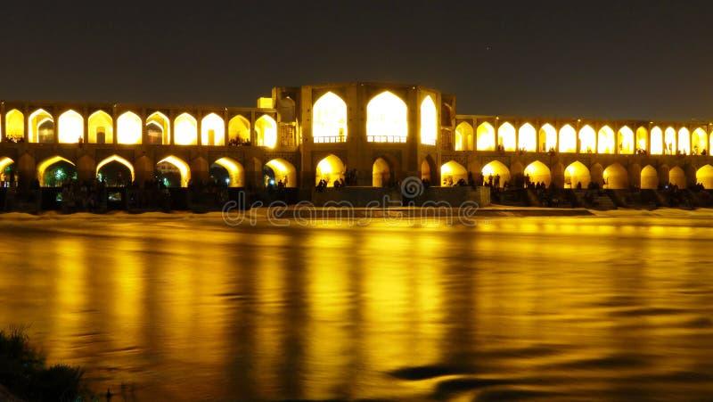 Ponte de Khajoo: a arquitetura do islâmico-iraniano é a mesma que a música de Beethoven: sedativo e spectacular fotografia de stock