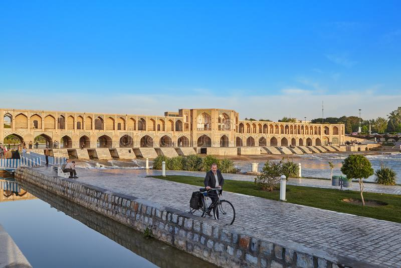 Ponte de Khaju ou Polo Khajoo sobre o rio Zayandeh, Isfahan, Irã imagem de stock royalty free