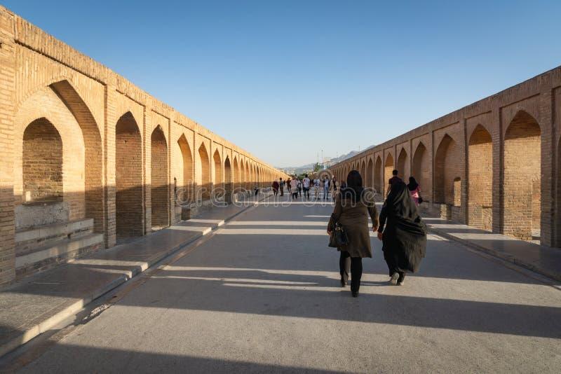 Ponte de Khaju sobre secada acima do rio de Zayandehrud em Isfahan, Irã fotos de stock