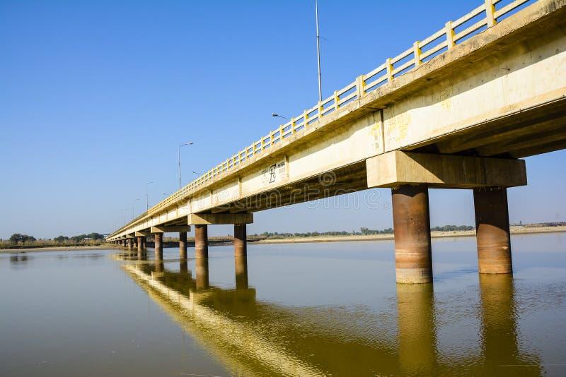 Ponte de Khushab sobre o rio de Jhelum imagem de stock
