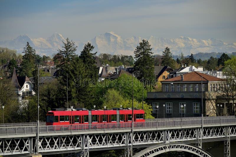 Ponte de Kirchenfeldbrucke sobre o rio de Aare em Berna switzerland imagens de stock royalty free