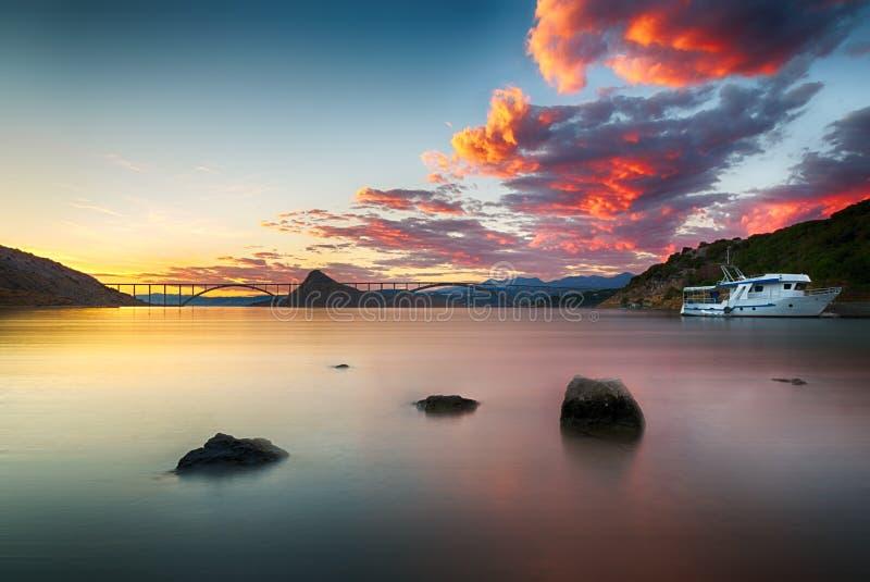 Ponte de Krk no crepúsculo com por do sol colorido, Croácia fotos de stock royalty free