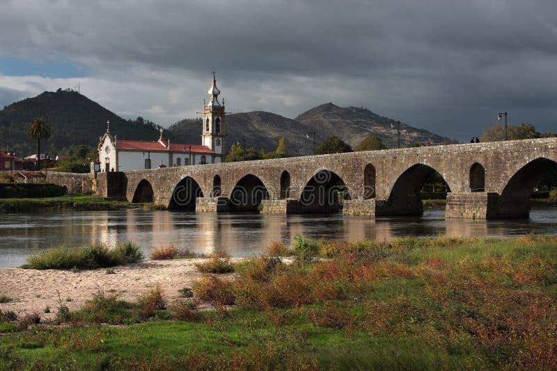 Ponte de Lima Bridge e iglesia imagen de archivo libre de regalías