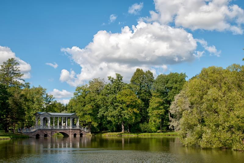 A ponte de mármore em Catherine Park pushkin Tsarskoye Selo Rússia foto de stock royalty free