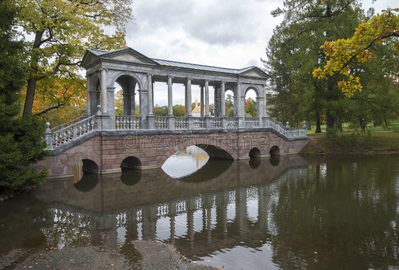 Ponte de mármore em Tsarskoye Selo perto de St Petersburg foto de stock royalty free