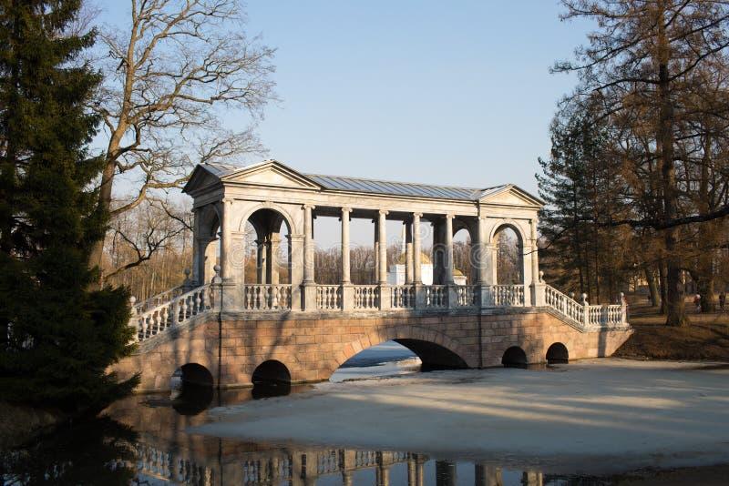 Ponte de mármore no parque de Catherine fotos de stock