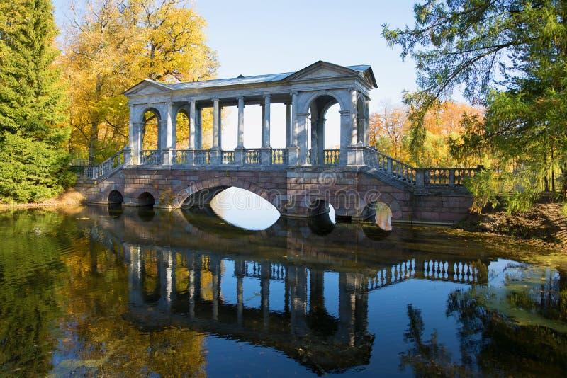 Ponte de mármore, outono dourado Catherine Park de Tsarskoye Selo imagens de stock