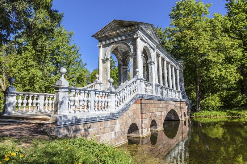 Ponte de mármore de Palladian no parque de Ekaterininsky Tsarskoye Selo, Pushkin, St Petersburg fotografia de stock