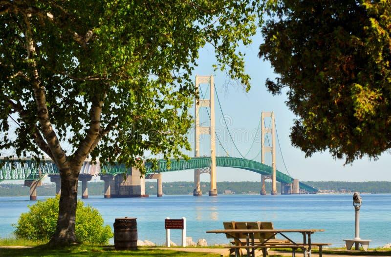 Ponte de Mackinac através das árvores imagens de stock