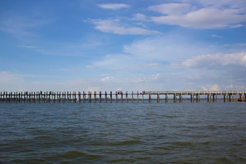 Ponte de madeira através do rio irrawaddy em mandalay, myanmar imagem de stock royalty free
