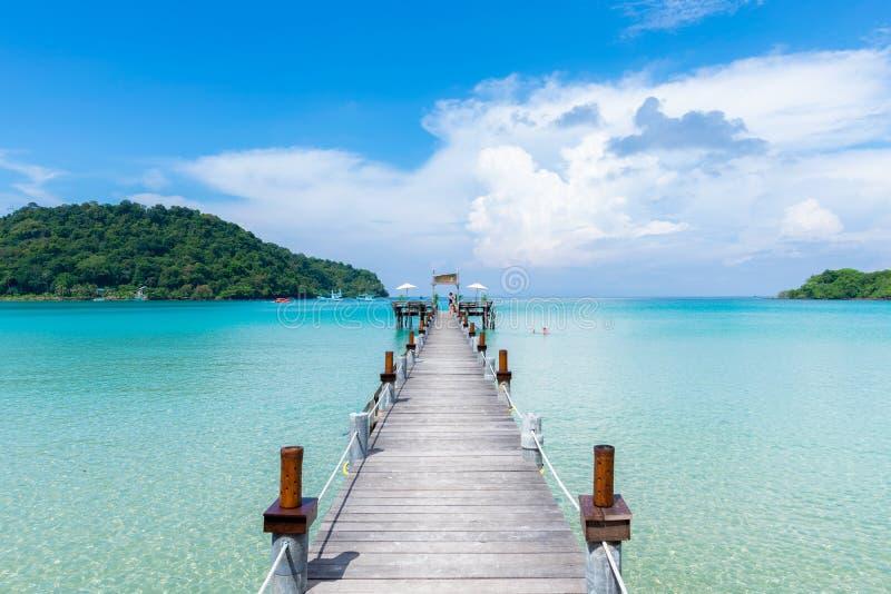 Ponte de madeira bonita ao mar em Koh Kood, Trat, Tailândia imagens de stock