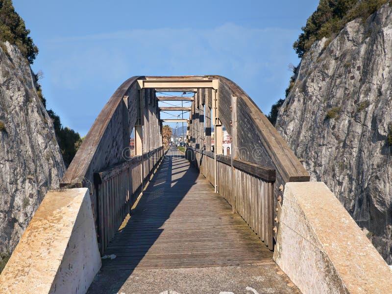 Ponte de madeira com cerca imagens de stock royalty free