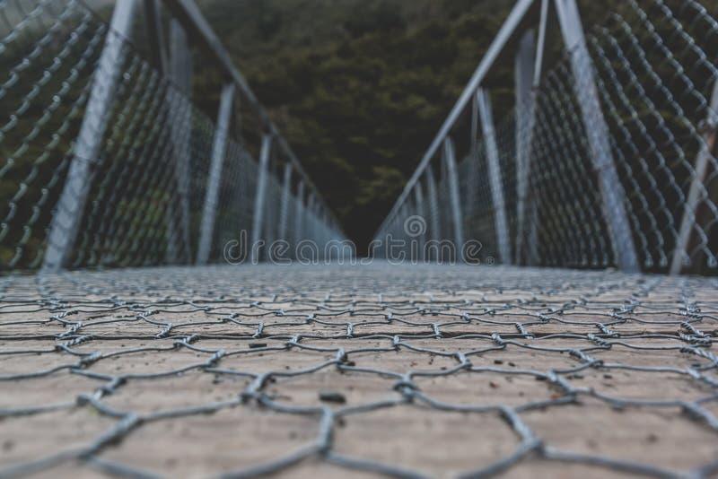 Ponte de madeira com os trilhos da passagem e de mão do fio fotografia de stock royalty free