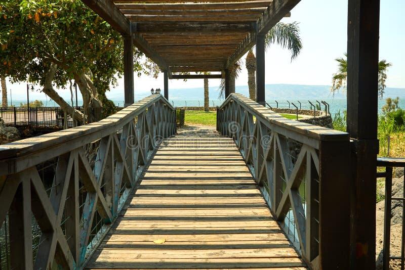 Ponte de madeira com um telhado no mar de Galilee, julho imagem de stock royalty free