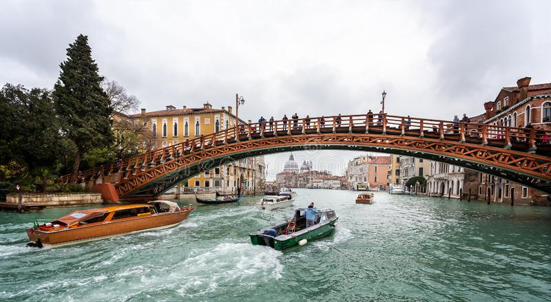 Ponte de madeira da academia através de Grand Canal em Veneza, Itália fotografia de stock royalty free