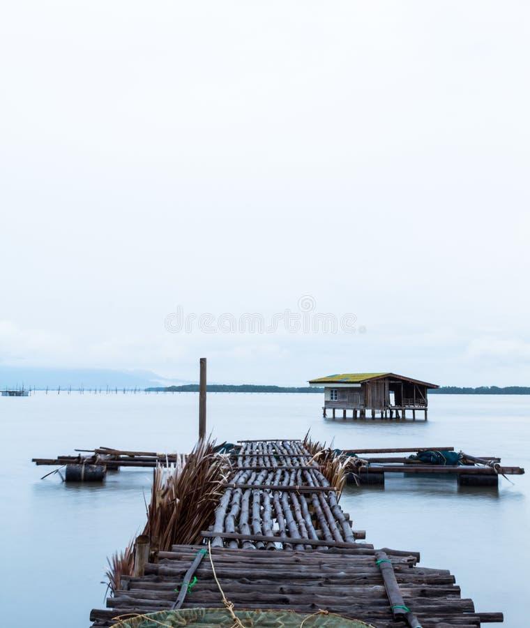 A ponte de madeira de um cais da pesca imagens de stock