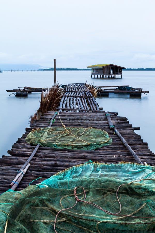 A ponte de madeira de um cais da pesca imagem de stock royalty free