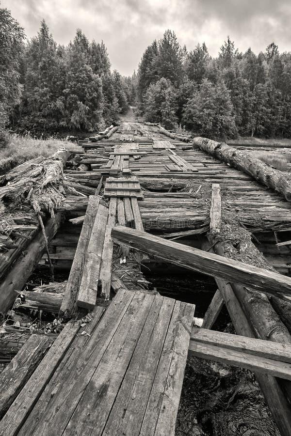 Ponte de madeira destruída através do rio Suna em Carélia Rússia fotos de stock