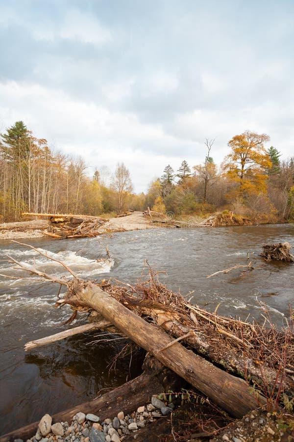 Ponte de madeira destruída da estrada na área distante do taiga imagens de stock