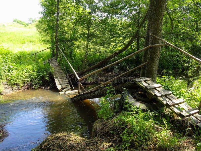 Ponte de madeira destruída sobre o rio em Rússia foto de stock royalty free