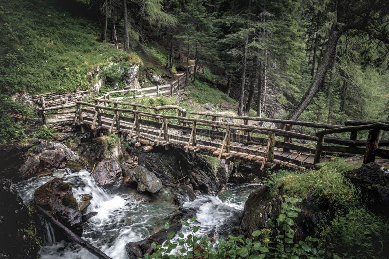 Ponte de madeira e cachoeira saent foto de stock royalty free