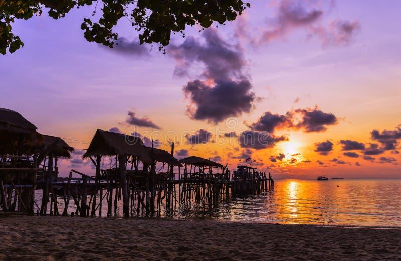 Ponte de madeira e por do sol imagem de stock