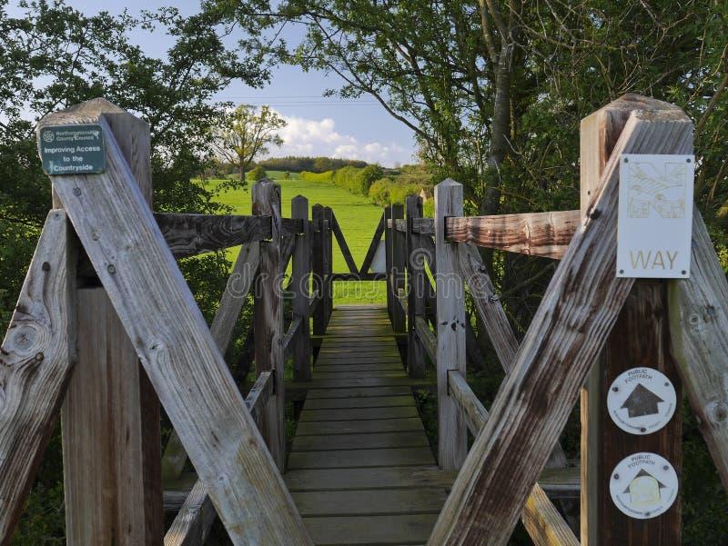 Ponte de madeira em Nene Way Footpath imagens de stock