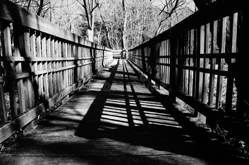 Ponte de madeira em preto e branco fotos de stock