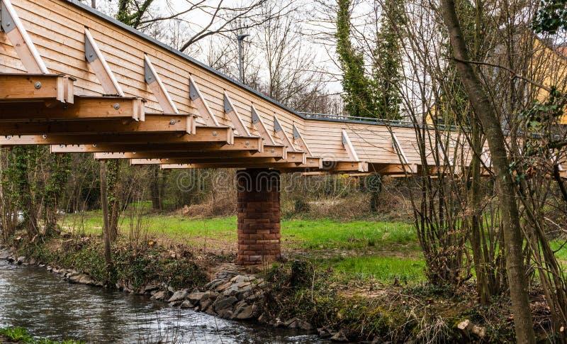 Ponte de madeira em uma cidade pequena em Alemanha fotos de stock royalty free