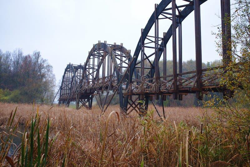Ponte de madeira especialmente estruturada da madeira em Kanyavar foto de stock royalty free