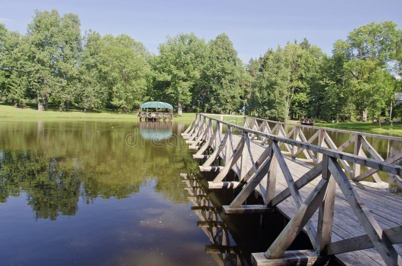 Ponte de madeira na água da lagoa fotos de stock