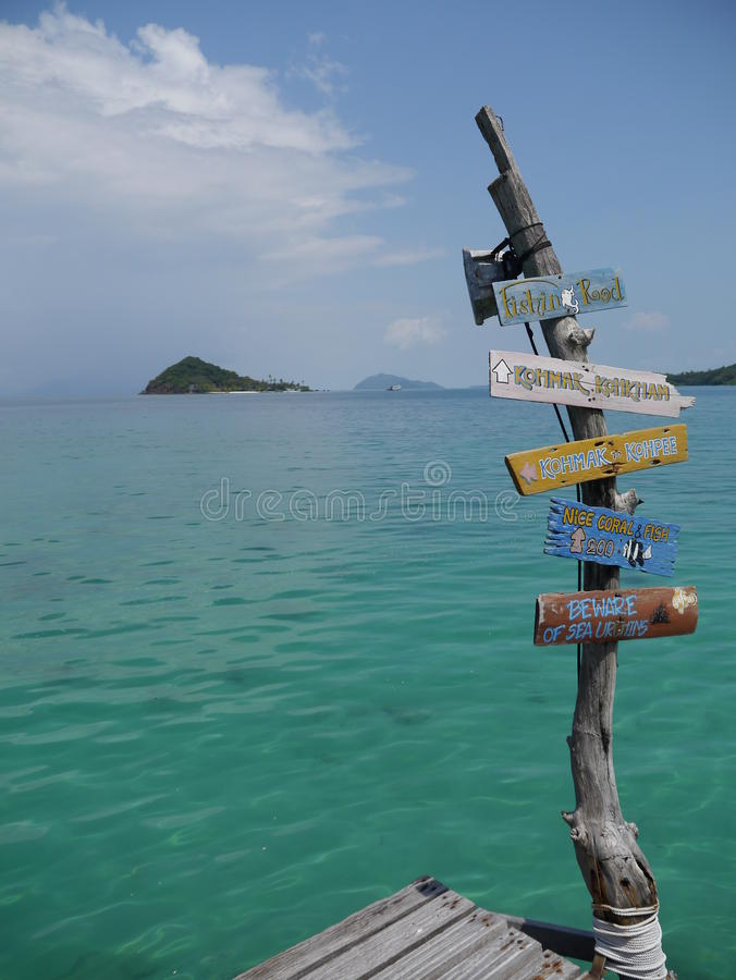 Ponte de madeira na ilha do valor máximo de concentração no trabalho do Koh, Tailândia imagem de stock