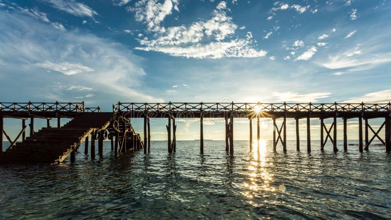 Ponte de madeira no Oceano Índico fotografia de stock
