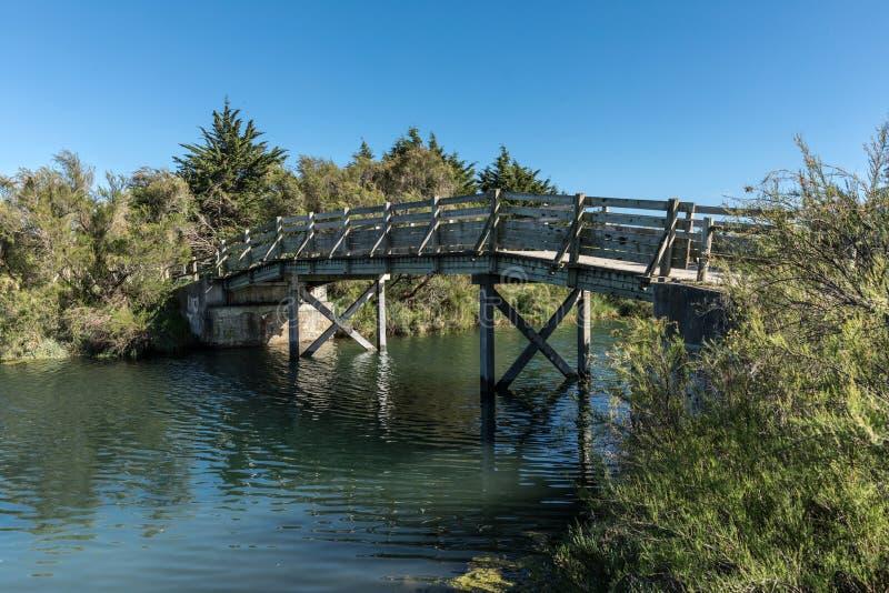 Ponte de madeira no pântano de Olonne imagens de stock