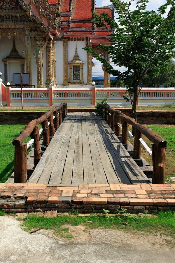 A ponte de madeira no templo tailandês, Wat Chulamanee é um templo que budista é uma atração turística principal em Phitsanulok,  imagens de stock