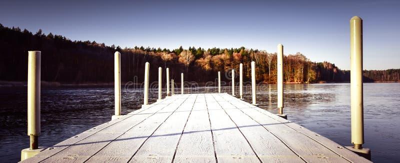 Ponte de madeira de passeio velha em um lago congelado fotos de stock royalty free