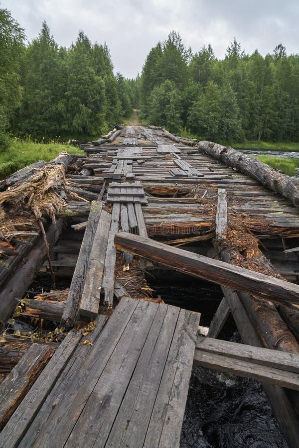 Ponte de madeira quebrada em Rússia fotografia de stock royalty free